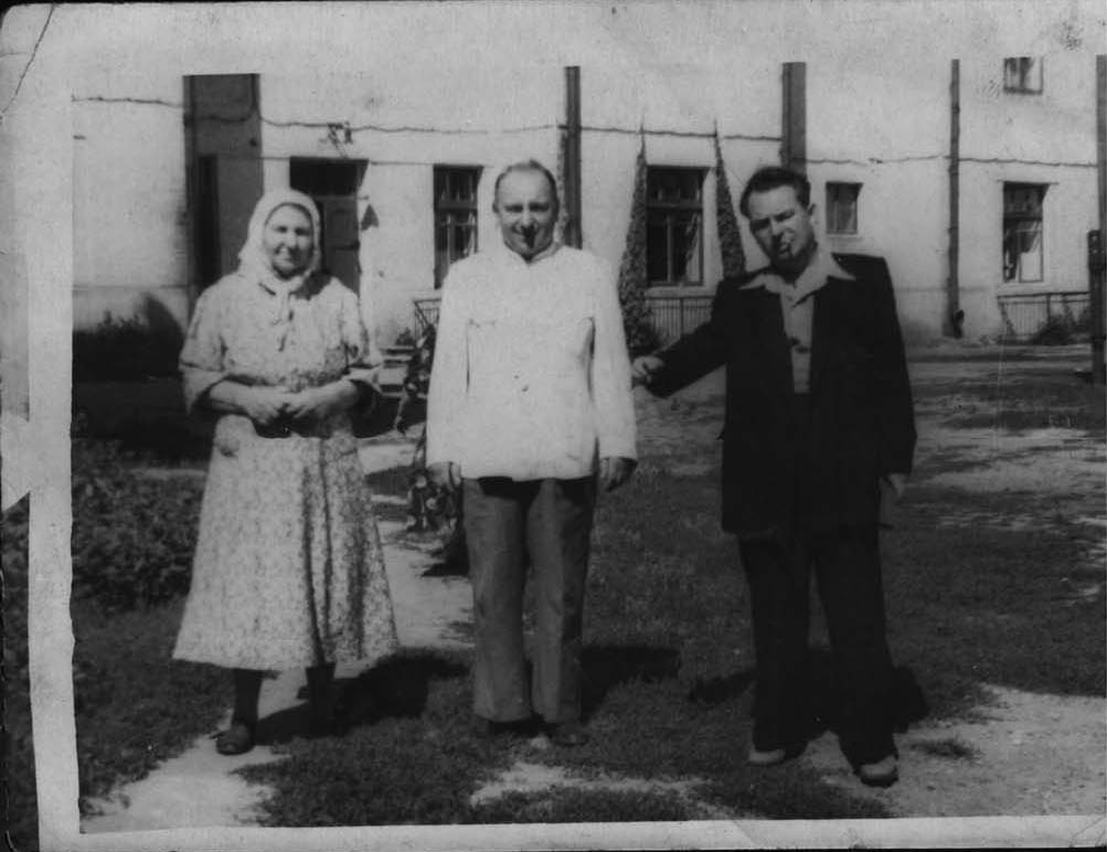 Анна Харитоновна с сыновьями. Слева направо: Лысенко (Половик) Анна Харитоновна, Лысенко Павел Тимофеевич, Лысенко Евгений Тимофеевич. Фото сделано летом 1955 г. в Гомеле.
