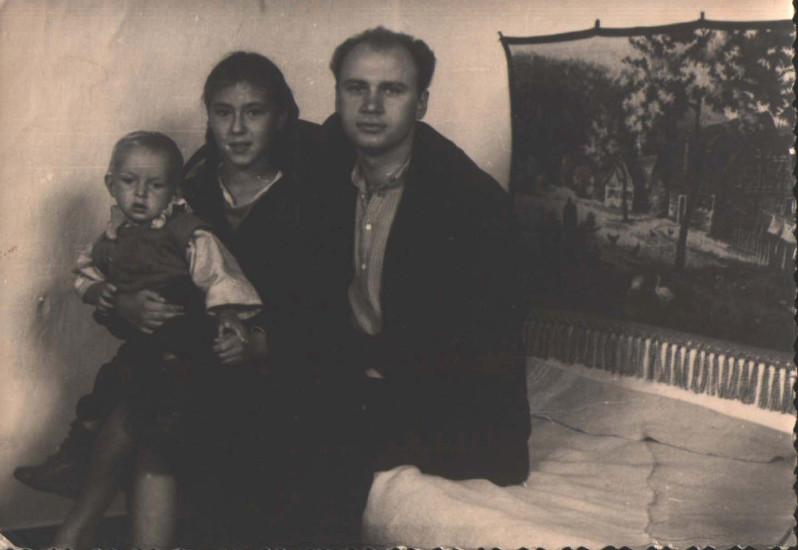 Слева направо: Лысенко Евгений Тимофеевич, неизвестная, Лысенко Евгений Тимофеевич. Фото сделано около 1957г. вероятно вГомеле.