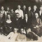 Группа людей. Вторая слева во втором ряду — Горбунова (Лысенко) Анастасия Тимофеевна