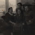 Слева направо: Лысенко (Филиппова) Полина Григорьевна, Лысенко (Половик) Анна Харитоновна по центру, Лысенко Валерий Павлович вверху, Лысенко Павел Тимофеевич. Фото сделано в Гомеле около 1961 г.