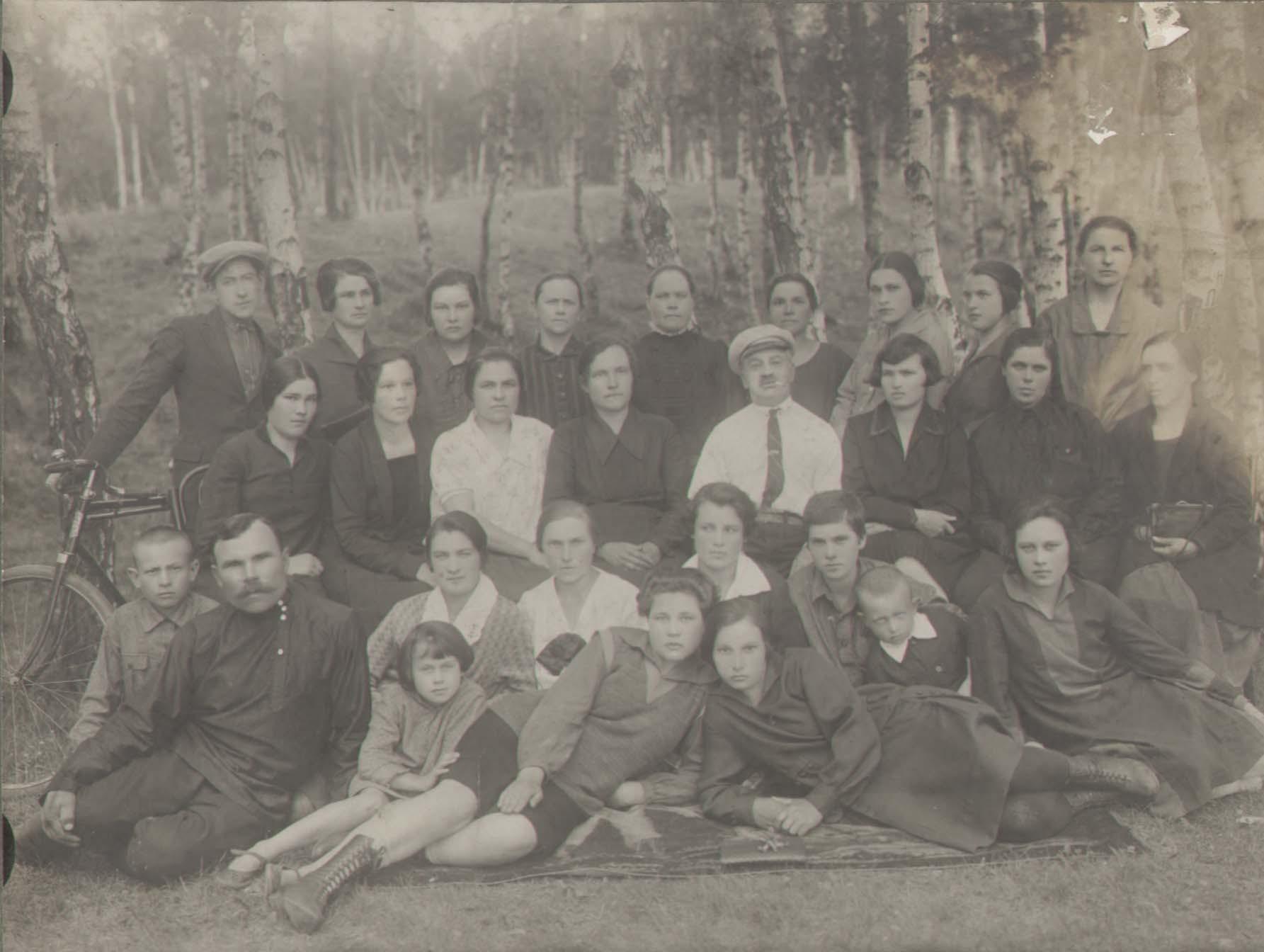 Группа людей на циклодроне (тогда так назывались стадионы). В верхнем правом углу — Лысенко (Половик) Анна Харитоновна
