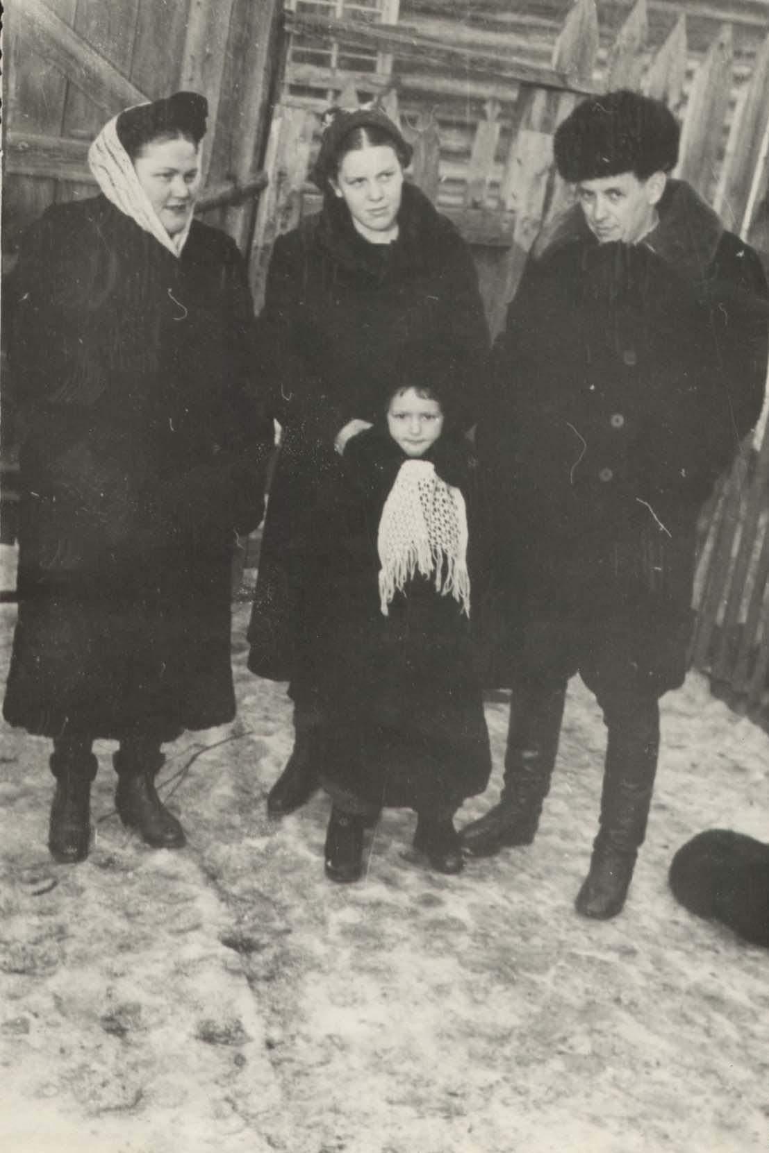 Слева направо: Израилева (Филиппова) Тамара Григорьевна, Блохина (Маценок) Маргарита, ? (Израилева) Тамара, Израилев — муж Тамары. Фото сделано в 1956 г. в. г. Бодайбо