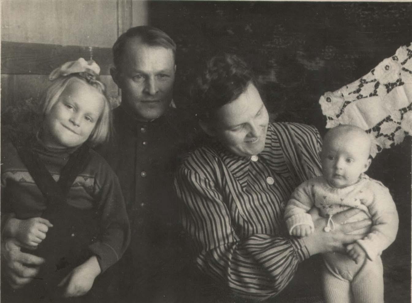 Слева направо: ? (Филиппова) Татьяна Павловна, Филиппов Павел Григорьевич, Филиппова (?) Анна, ? (Филиппова) Ольга Павловна. Фото сделано около 1950 г. в Рыбнице